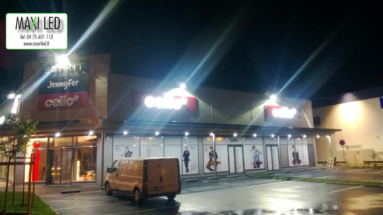 Eclairage ext rieur de batiment commercial par projecteur led for Norme eclairage parking exterieur